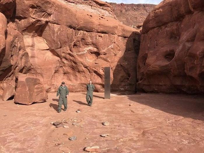 外星人留下的?美国犹他州沙漠中惊见不明金属巨碑