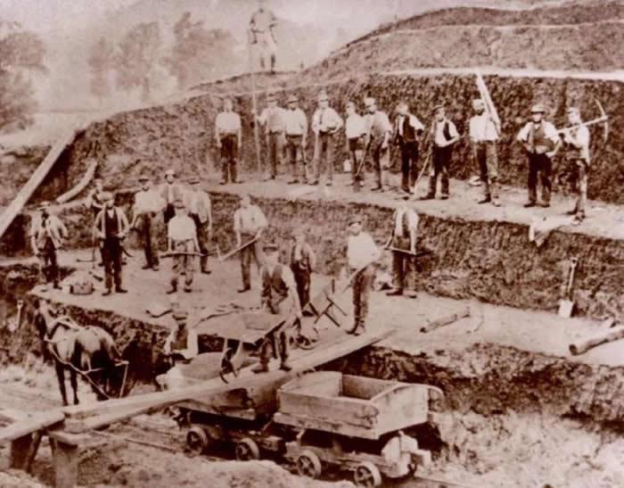 19世纪中叶的工人们在开采粪化石。图片来源:Buckinghamshire County Museum