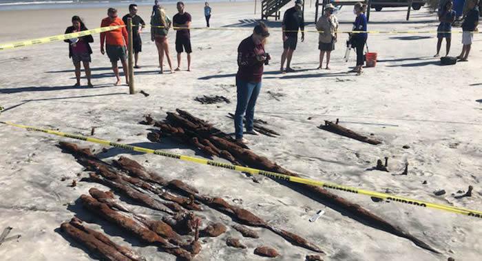 """美国佛罗里达洲圣奥古斯丁市新月海滩发现1880年沉没的""""Caroline Eddy""""号商船遗骸"""