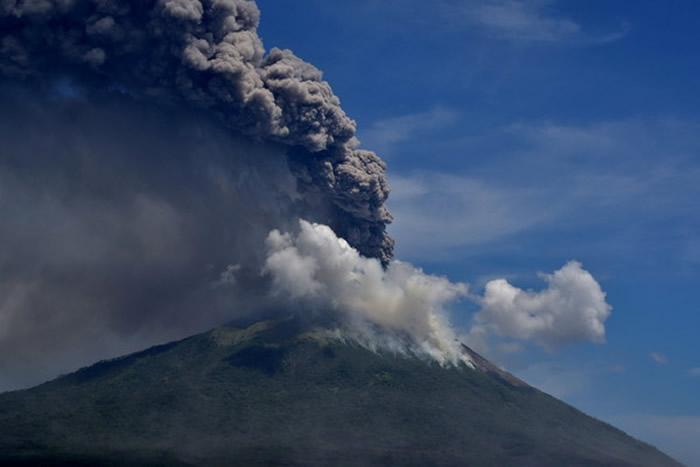 印尼伊里火山突然爆发 火山灰直冲4公里高的天空