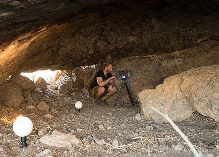洞穴内发现古人的狩猎工具。