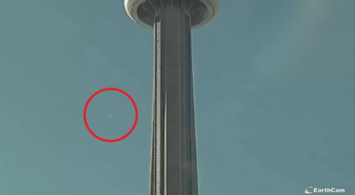 """火流星:EarthCam捕捉到巨大""""火球""""划过天空在美国和加拿大上空爆炸"""