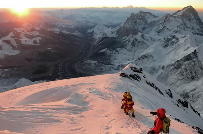 尼泊尔的测量师于去年5月登顶,中国于10月决定加入该项目,为北斗提供国家导航系统进行测量。今年春天来自中国的专家们也登上了珠穆朗玛峰的顶峰。(© AP