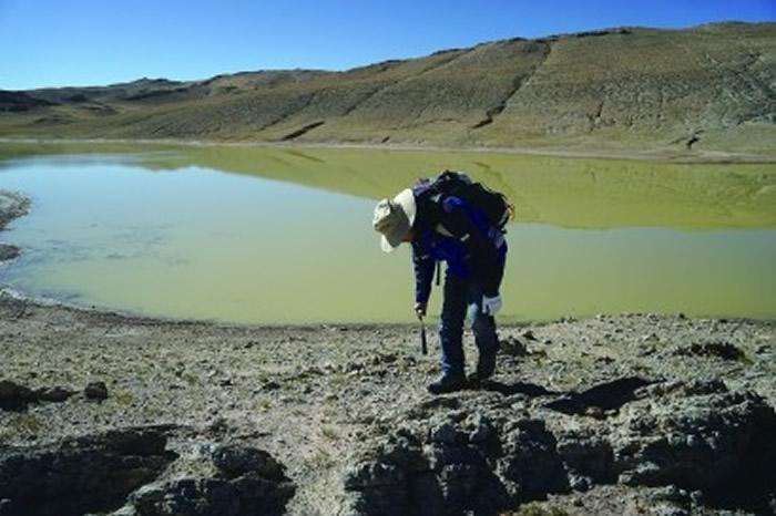 罗茂在热觉茶卡进行踏勘,寻找遗迹化石痕迹。 (除署名外,均王金淼摄)