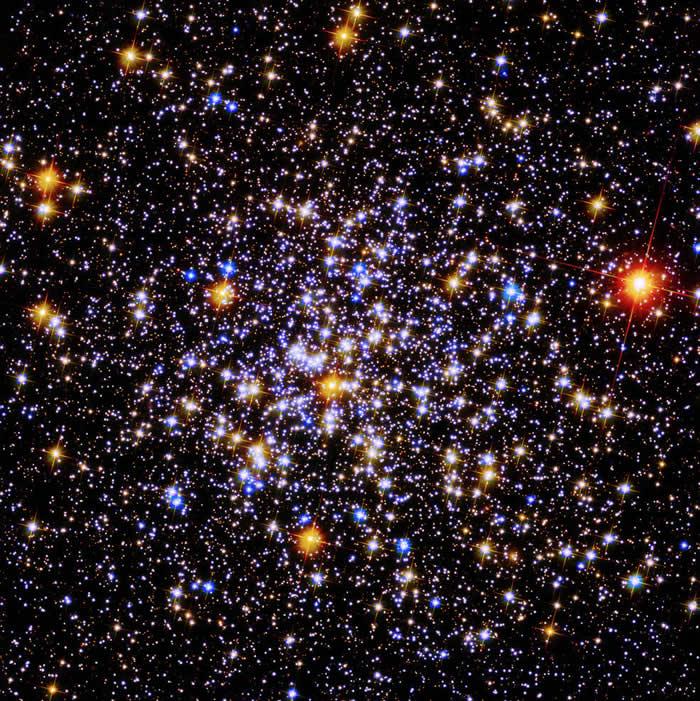 """为庆祝哈勃太空望远镜运行30周年 NASA公布30颗""""宝石天体""""新图像"""