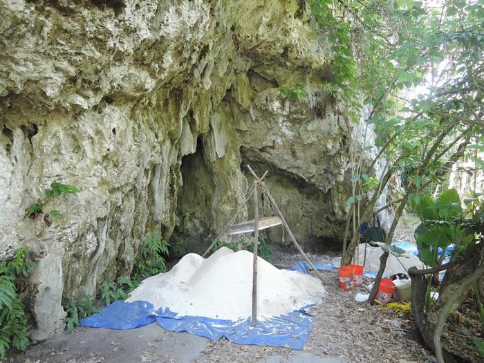 关岛北部Ritidian Beach洞穴出土的约2200年前的两副骸骨(Credit: Hsiao-chun Hung)