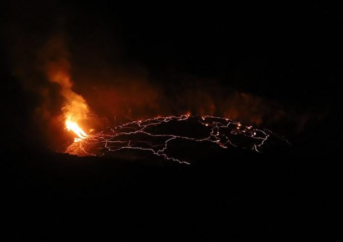 美国夏威夷岛基拉韦厄火山爆发 游客以身犯险观熔岩