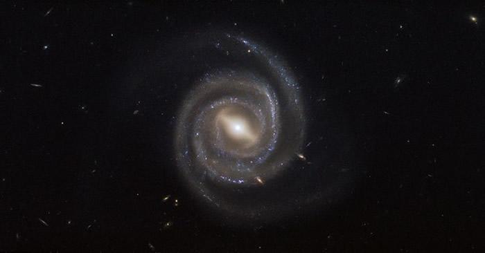 科学家认为,活跃星系核(AGN)实际上并不是一个黑洞,而是虫洞的入口。(图/翻摄自NASA)
