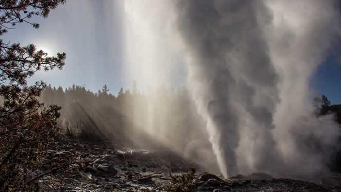 美国黄石国家公园蒸汽船间歇泉喷发并不是火山喷发的前兆