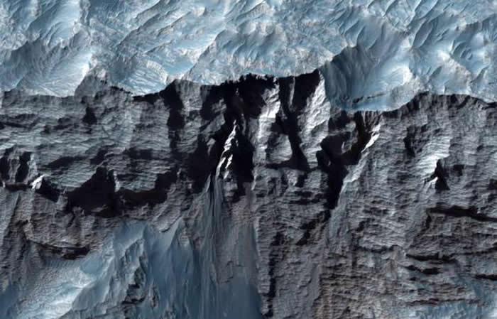 火星最大峡谷水手号峡谷部分区域的近距离照片。水手号峡谷也是太阳系内最大最长的峡谷。