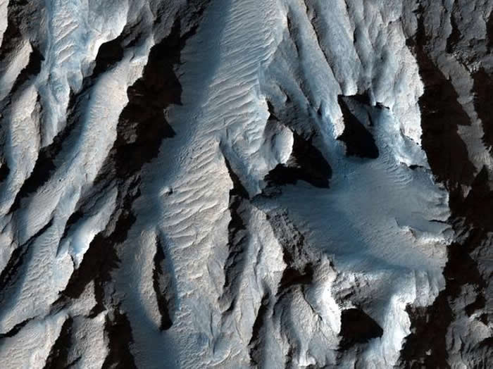 提托努利林峡谷(水手号峡谷的一部分)布满沉积物形成的斜纹路,或可据此推测出古老的冰冻和融化周期。