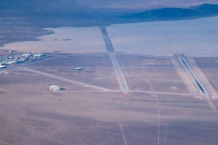 """美国私人飞机飞行员Gabriel Zeifman拍摄到神秘51区的""""大型不明三角物"""""""