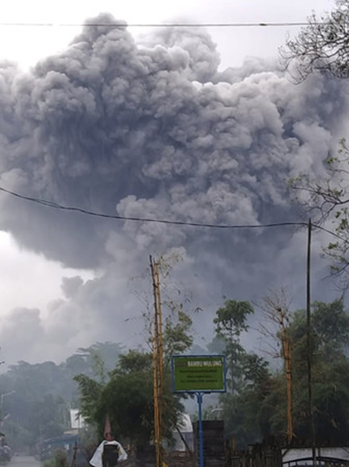 印尼东爪哇省塞梅鲁火山(Semeru)喷发 喷出的灰烬及浓烟达5.6公里高