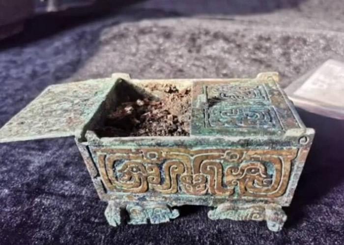 山西运城垣曲北白鹅墓地出土周代铜盒 疑为古代女性化妆盒
