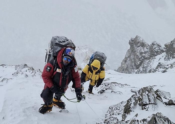 K2山势陡峭,登山者需步步为营。
