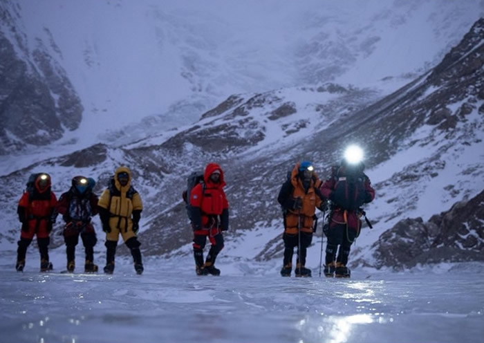 团队前往四号营地途中。