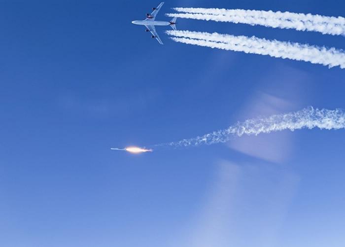 """维珍轨道公司波音747客机""""宇宙少女""""在高空发射火箭成功将人造卫星送上轨道"""