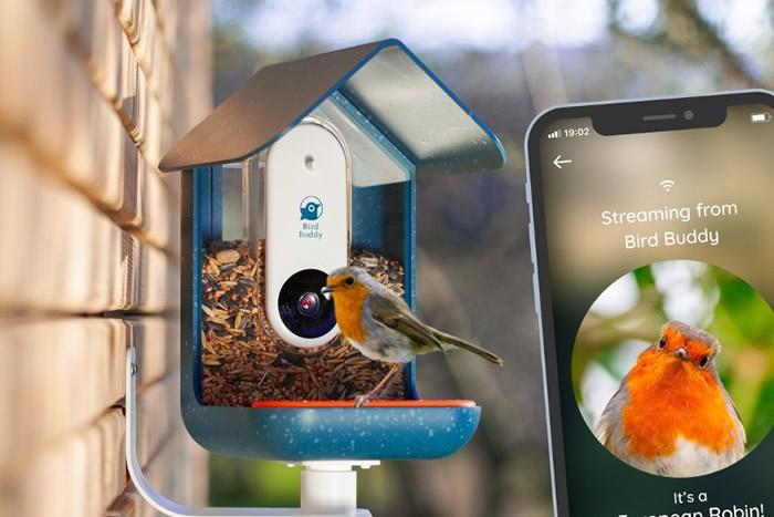 美国设计师Kyle Buzzard把人工智能蓝牙监控镜头放在家用自动喂鸟器Bird Buddy