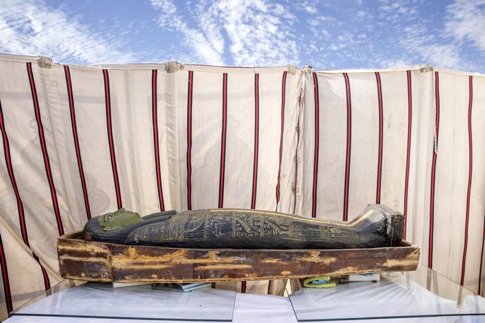 埃及开罗以南的塞加拉墓地中发现54具3000多年前的木制棺椁