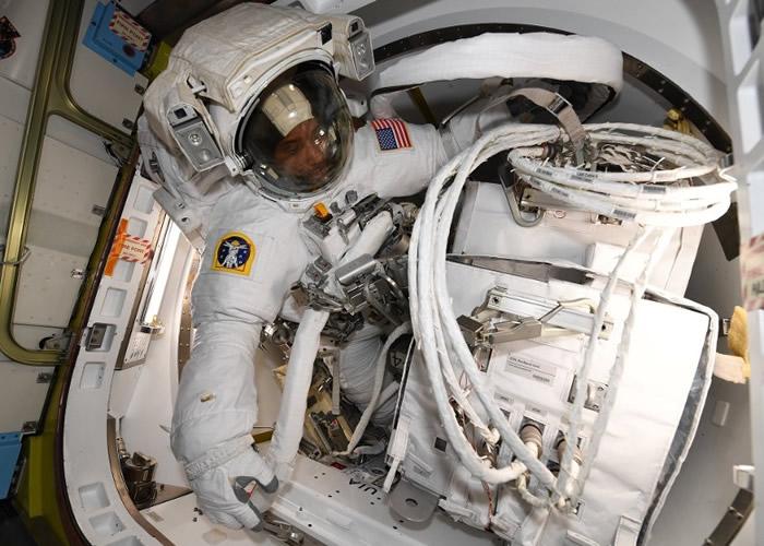 NASA两名宇航员在国际空间站外展开太空漫步 装设欧洲太空总署的哥伦布实验舱
