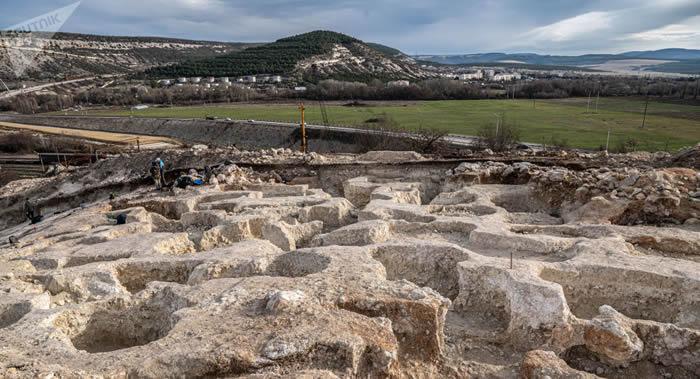 俄罗斯科学院考古学家在塞瓦斯托波尔郊外古罗马墓穴发现1000多件物品