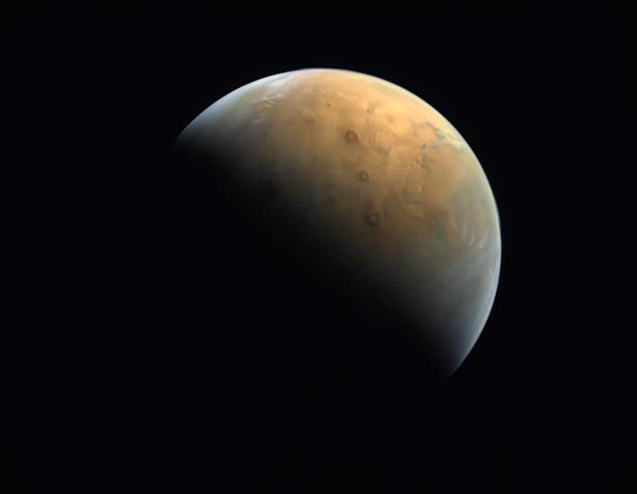 """阿联酋""""希望号""""探测器成功发回第一张火星照片"""