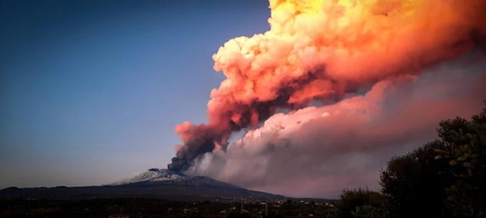 """意大利西西里岛的埃特纳火山剧烈爆发 天空""""下石头雨"""""""