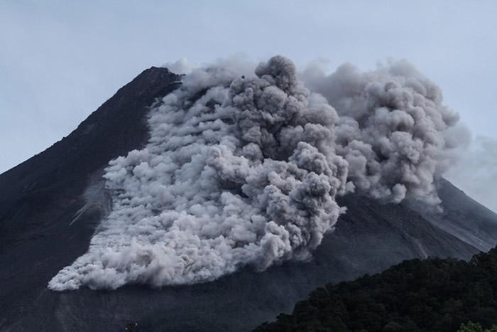 印尼爪哇岛默拉皮火山19日再度喷发 熔岩流绵延约700公尺