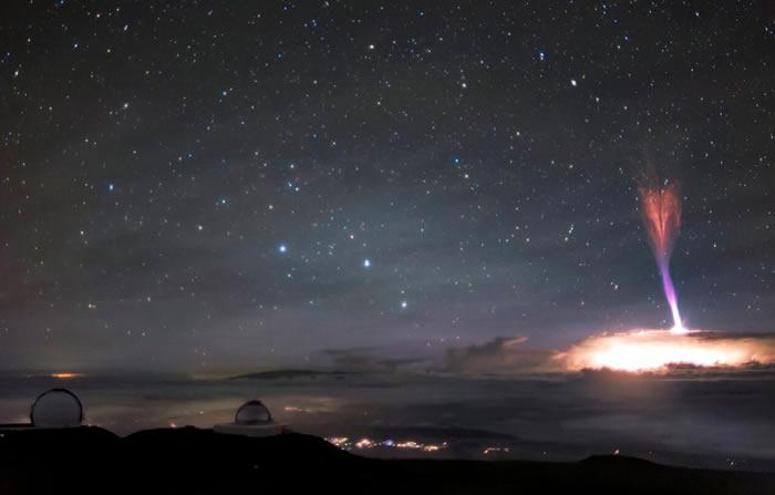 望远镜拍下夏威夷的莫纳克亚火山附近蓝色喷流与红色精灵闪电共舞的罕见画面