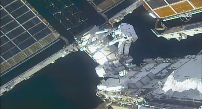国际空间站两名美国宇航员凯瑟琳·鲁宾斯和维克托·格洛韦尔完成7个多小时的太空行走