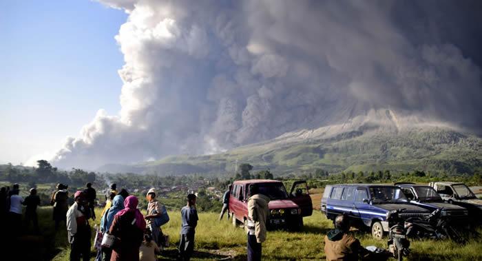 印度尼西亚苏门答腊岛北部的锡纳邦火山3月2日喷出高达4000-5000米的灰柱
