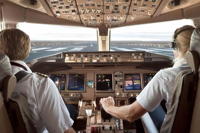 苏丹Tarco Airlines航空客机升空起飞后一只猫竟然闯进驾驶舱攻击飞行员