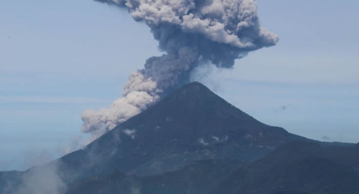 危地马拉帕卡亚火山日益活跃 熔岩和火山物质喷发高度达800米