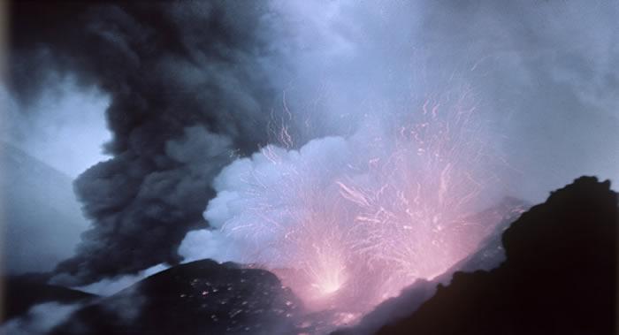 俄罗斯克柳切夫火山记录到火山弹从火山渣锥口的喷发