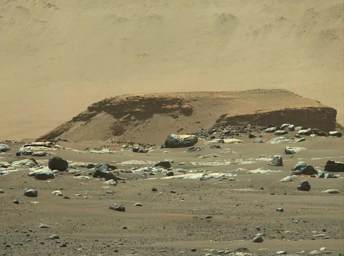 """美国宇航局的""""毅力号""""探测车在火星上踏出第一步 传回首张足迹照"""