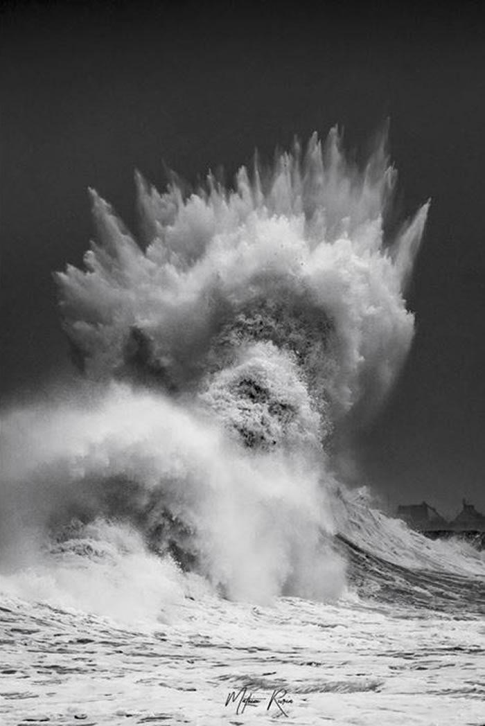 法国布列塔尼10米巨浪撞击海堤 形似希腊海神波赛冬