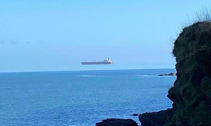 英国海岸边巨型油轮飘在半空中 气象专家:海市蜃楼