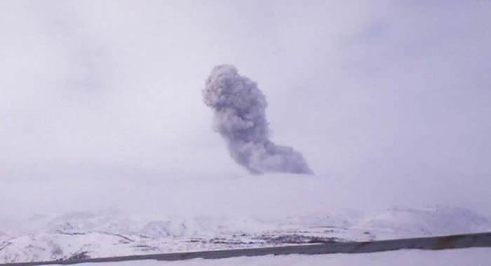 俄罗斯千岛群岛北部的埃别科火山喷出2000米高的灰柱