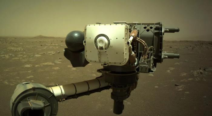 """美国宇航局""""毅力号""""火星车捕捉到一个旋转的""""尘魔""""正在穿越火星地貌"""
