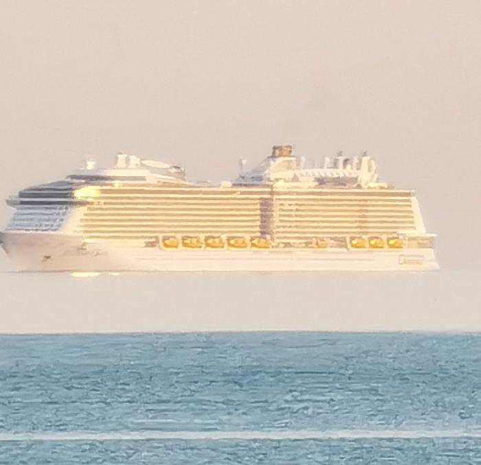 """海市蜃楼""""上蜃景"""":英国男子在多塞特郡伯恩茅斯海岸拍到巨大邮轮飘浮在空中"""