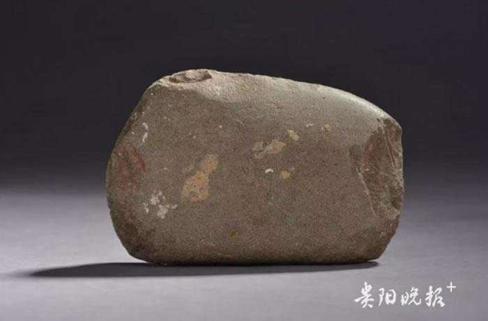 招果洞通体磨光石器:上万年前古人类就会纹身了?