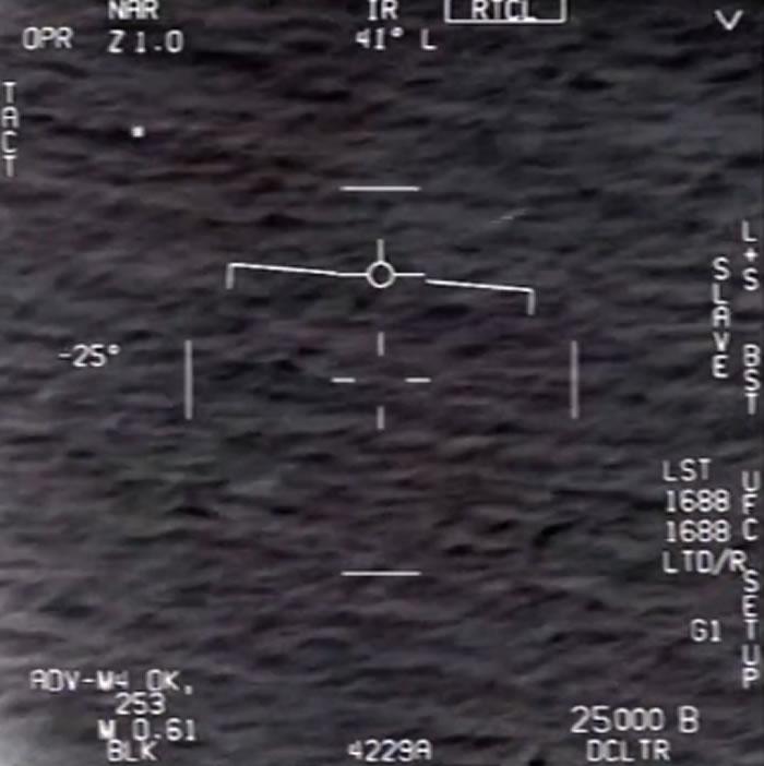 美国前海军飞行员在新闻节目《60分钟》中描述遭遇UFO的场景
