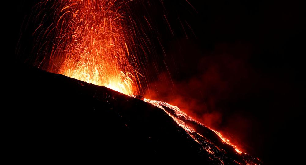 意大利斯特龙博利火山和埃特纳火山19日发生喷发