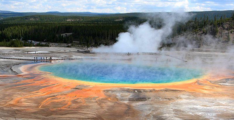 在美国怀俄明州黄石国家公园大棱镜温泉中,一些古生菌能在滚烫的温泉水中成长