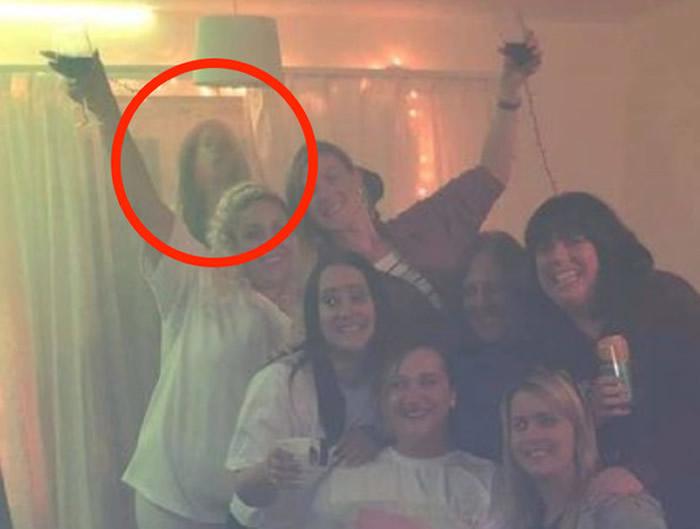 """灵异照片:英国女子邀请6名好友到家中相聚 合照却出现""""第8人"""""""
