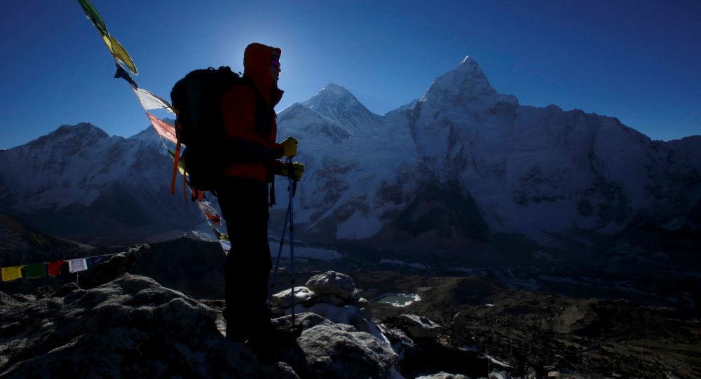 中国视障登山者张洪成为亚洲首位登上世界最高峰珠穆朗玛峰的盲人
