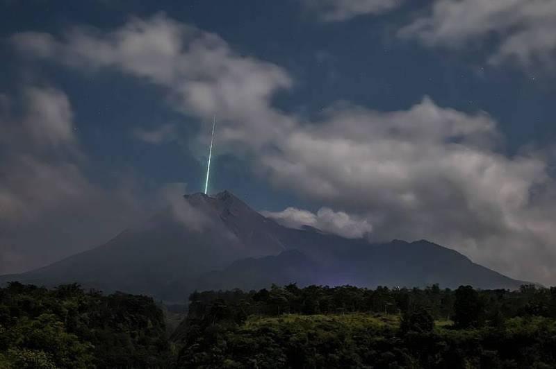"""网友拍到流星""""坠入""""印尼默拉皮火山的画面"""