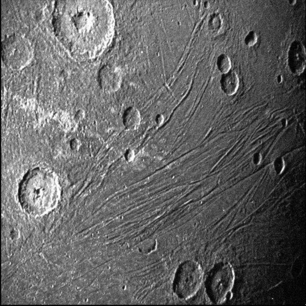 """""""朱诺号""""探测器捕捉到木星冰冷卫星""""木卫三""""的最新特写图像"""