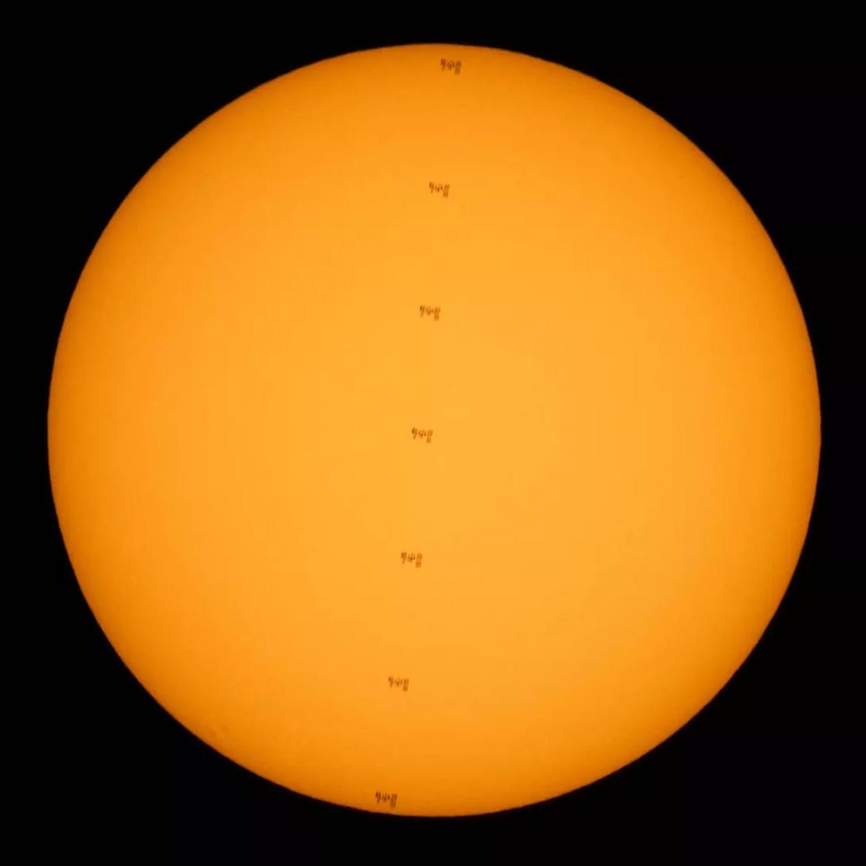 NASA摄影师Joel kowsky捕捉到国际空间站在太阳前面穿过的壮丽景色