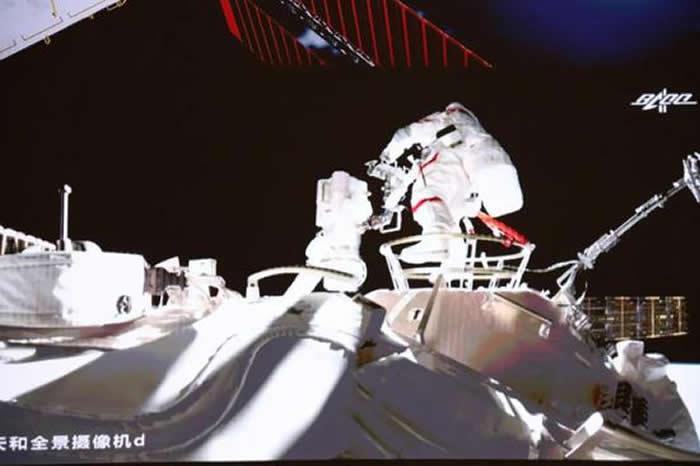 """中国航天员刘伯明和汤洪波离开""""天宫""""号空间站的""""天河""""核心舱进入外太空"""